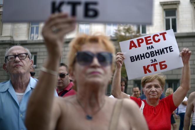 Manifestation  de clients de la banque CCB à Sofia, en août 2014.