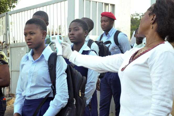 Un contrôle de température à l'entrée d'une école d'Abuja, au Nigeria, le 22septembre.