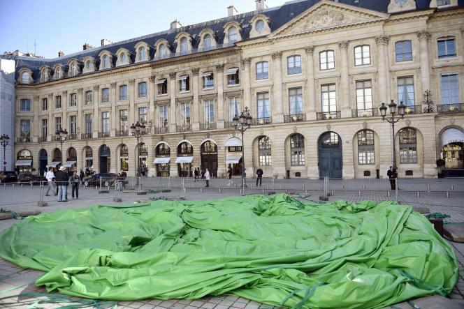 L'œuvre « Tree » de l'artiste américain Paul McCarthy, installée place Vendôme à Paris, a été vandalisée dans la nuit du 17 au 18 octobre 2014.