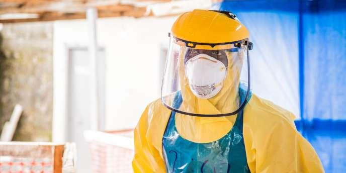 Un soignant dans un centre de traitement du virus Ebola à Freetown.