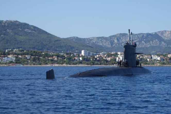 Le sous-marin nucléaire d'attaque «Perle» dans la rade de Toulon, en juillet 2014.