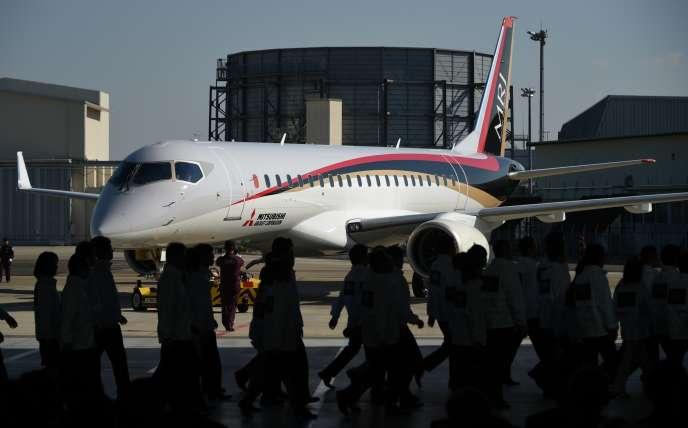 Un Mitsubishi Regional Jet (MRJ), rebaptisé depuis SpaceJet, à l'aéroport de Nagoya (Japon), en octobre 2014.