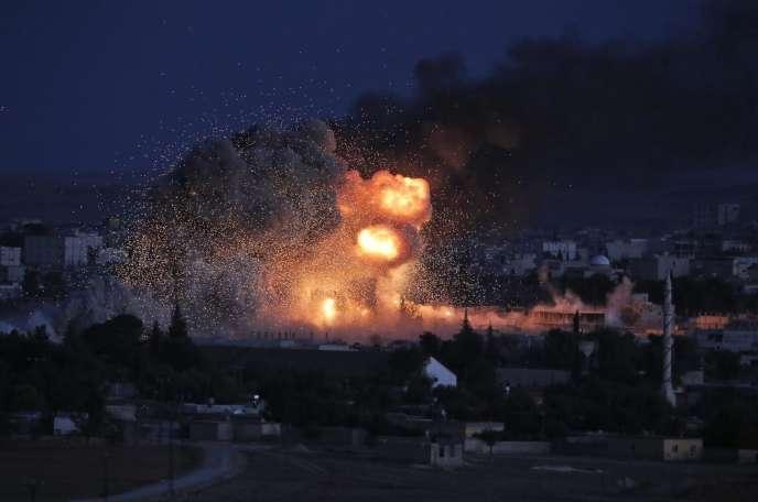 Image d'un raid aérien de la coalition internationale contre les positions de l'Etat islamique à Kobané, le20octobre 2014.