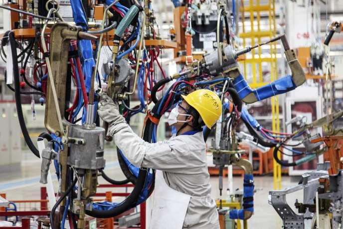 Dans une usine automobile à Dalian, dans le nord de la Chine, en octobre 2014.