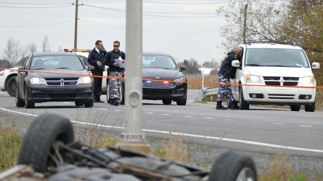 La voiture s'est retrouvée sur le toit dans un fossé au bord de la chaussée. L'individu « a commencé à sortir et s'est rué sur la police, on a entendu entre cinq et sept coups de feu », a révélé un témoin de la scène aux médias locaux.