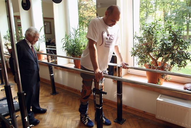 Le patient Darek Fidyka à Wroclav (Pologne) après son opération de la colonne vertébrale qui lui a permis de recouvrer l'usage de ses jambes.