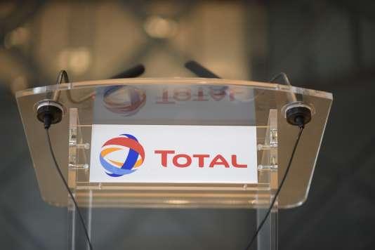 Pour accroître ses liquidités, Total avait déjà réduit son enveloppe d'investissements à 23-24 milliards de dollars (20,6-21,5 milliards d'euros) en 2015. L'an prochain, il ne prévoit plus que 20-21 milliards de dollars, et l'enveloppe tombera à 17-19 milliards à partir de 2017.