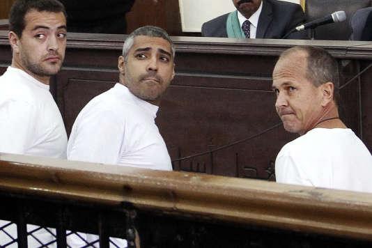 De gauche à droite : Baher Mohamed, Mohammed Fahmy et Peter Greste, le 31 mars 2014. La justice égyptienne affirmait que les trois hommes « n'étaient pas des journalistes », car ils n'étaient pas enregistrés comme tels auprès des autorités.