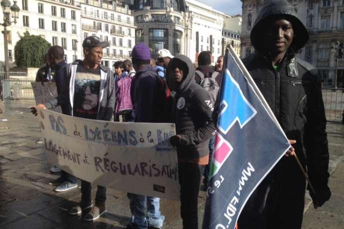 Une quinzaine de jeunes migrants soutenus par les syndicats lycéens seront pris en charge par la Ville de Paris.