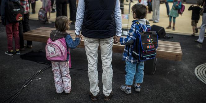 Un père et ses enfants à la rentrée des classes d'une école de Lyon, le 3 septembre 2013.