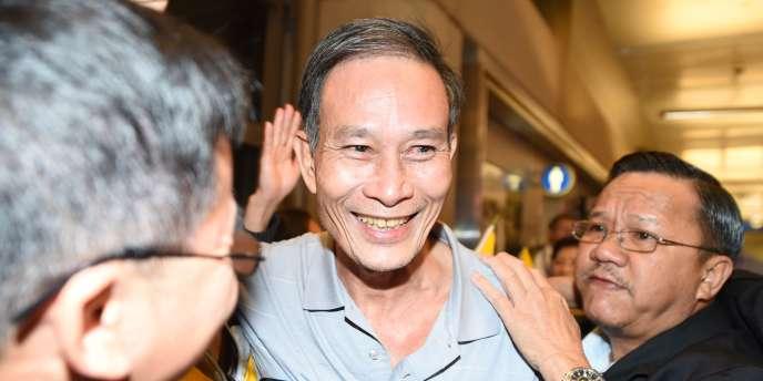 Le dissident vietnamien Nguyen Van Hai, aussi connu sous le nom de Dieu Cay, accueilli à son arrivée à l'aéroport de Los Angeles le 21 octobre 2014 après sa libération.
