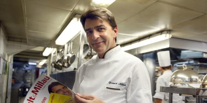 Le chef Yannick Alléno, dans les cuisines du restaurant