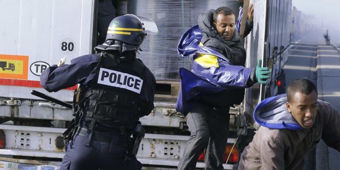 Affrontements entre la police et les migrants de Calais en octobre 2014.