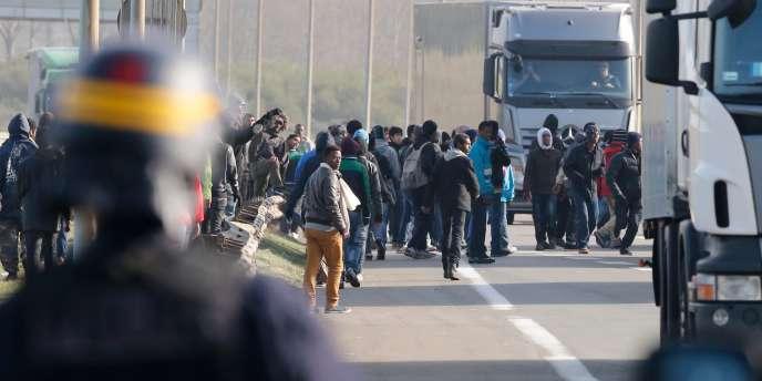 Mercredi, des migrants se sont confrontés aux CRS alors qu'ils tentaient de monter à bord de camions en partance pour le Royaume-Uni.