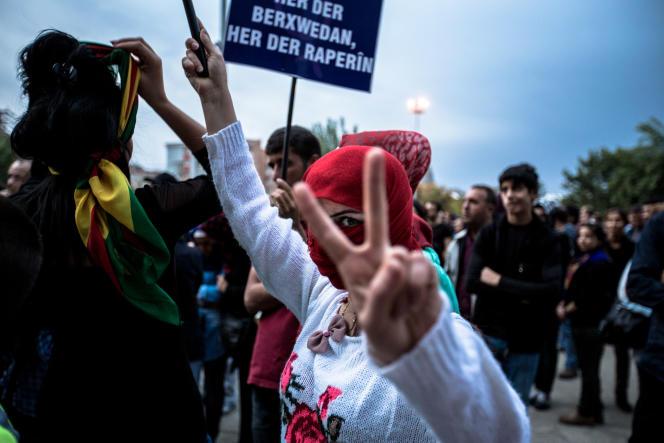 Manifestation à Diyarbakir, le 14 octobre, après des bombardements de l'armée turque sur le PKK et en soutien à la ville de Kobané prise d'assaut par les djihadistes de l'EI.
