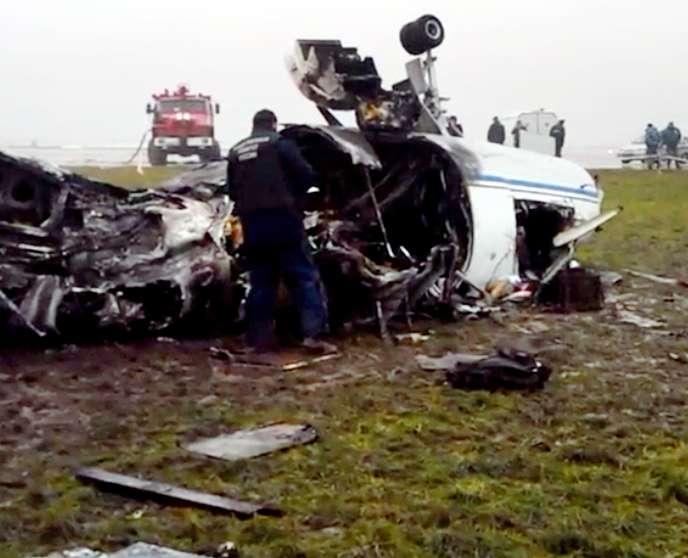 Un enquêteur près des restes du Falcon-50 à bord duquel le PDG de Total a été tué dans la nuit de lundi à mardi21octobre.
