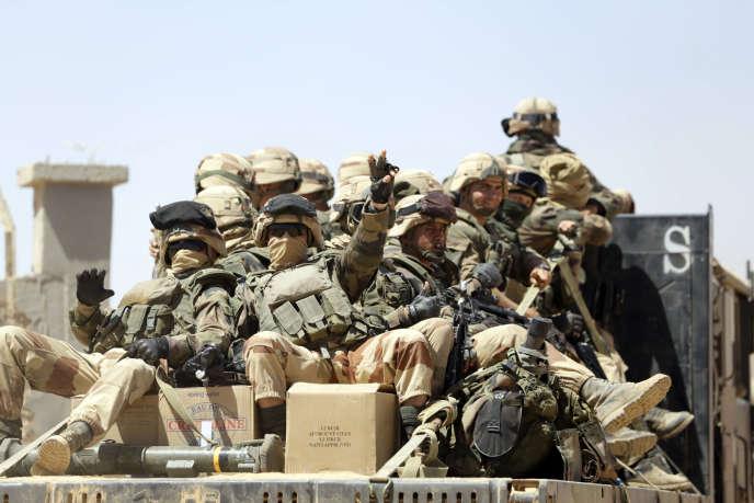 Des soldats français quittent le camp de Tessalit, au Mali, le 17 mars 2013.