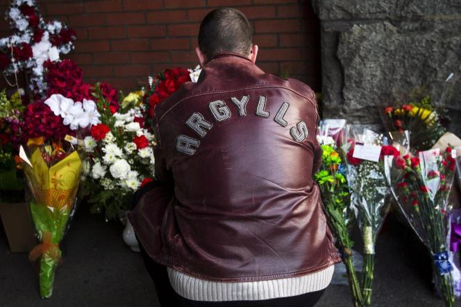 Un homme rend hommage au soldat canadien tué dans le parlement canadien d'Ottawa, le 22 octobre.