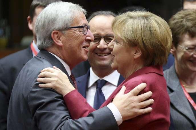 Jean-Claude Juncker et Angela Merkel, avec François Hollande le 23 octobre lors du sommet des chefs d'Etat européens.