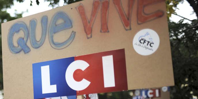 Manifestation de salariés de LCI à Paris le 2 octobre.