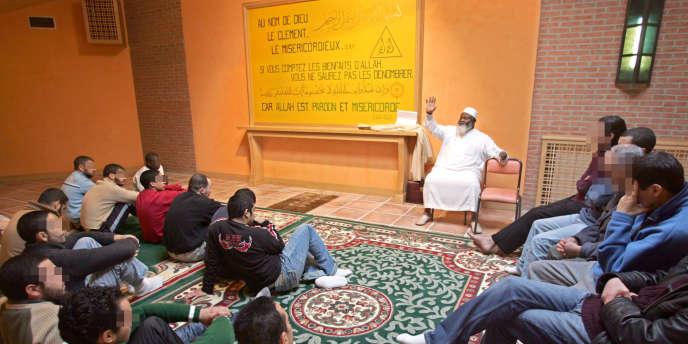 Une prière musulmane dans une salle de culte multiconfessionnelle à la maison d'arrêt d'Osny, en 2005.