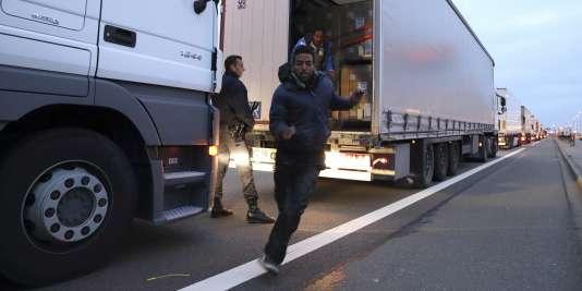 Un migrant sortant d'un camion dans lequel il espérait rallier la Grande-Bretagne par le tunnel sous la Manche.