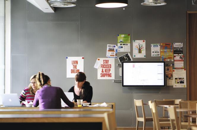 Des employées de Facebook au siège européen de l'entreprise, à Dublin, en octobre 2013.