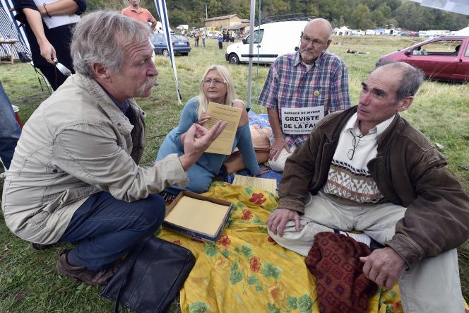 Jose Bové en discussion avec les grévistes de la faim sur le site du projet de barrage de Sivens, 25 octobre 2014. AFP PHOTO / PASCAL PAVANI