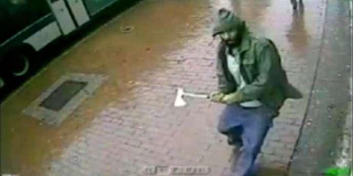 Les images de la vidéosurveillance montrent un homme, hachette en main, se ruer vers un groupe de policiers.