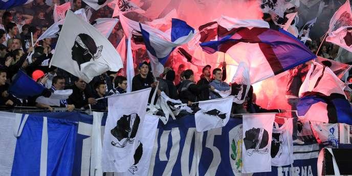 Des supporteurs de Bastia brandissant le drapeau corse.