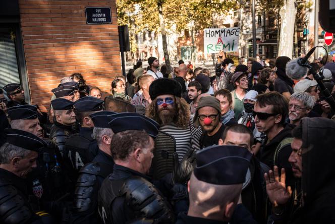 Des centaines de manifestants se sont retrouvés à Albi pour défiler à la mémoire de Rémi Fraisse, lundi 27 octobre.