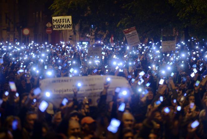 Des manifestants protestant contre la nouvelle