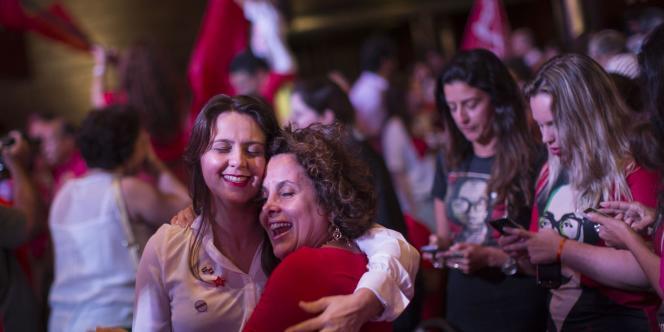 Le soulagement des supporters de Dilma Rousseff. La présidente sortante a été réélue de justesse, dimanche.