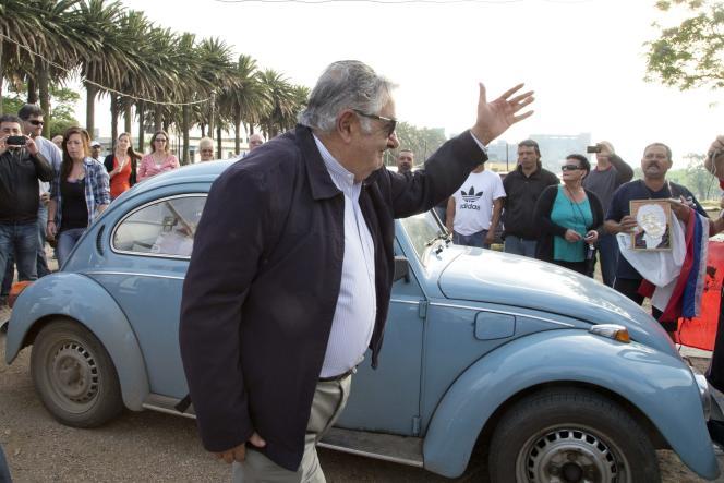 Le président sortant de l'Uruguay, José «Pepe» Mujica, salue la foule à son arrivée en Coccinelle Volkswagen devant un bureau de vote de Montevideo, le 26 octobre 2014 (AP Photo/Natacha Pisarenko).