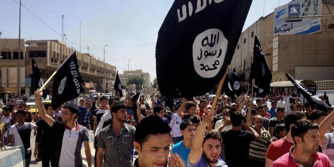 Le ministre français de l'intérieur Bernard Cazeneuve estime que près de 2 000 ressortissants de l'Union européenne combattent dans les rangs de l'EI.