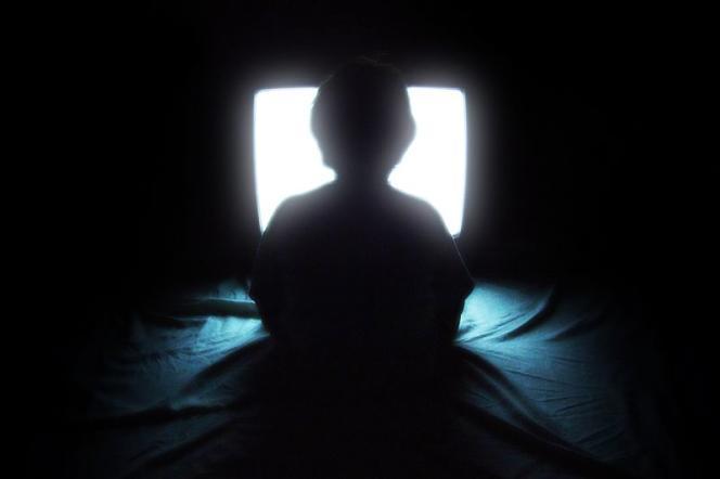 En moyenne, les petits Français regardent la télévision pendant 4 h 30 chaque jour.