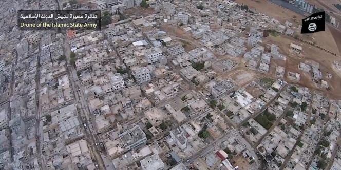 La vidéo montre des images aériennes, estampillées d'un bandeau affirmant qu'elles ont été prises par