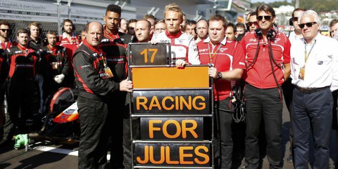 L'écurie Marussia, ici au soutien de Jules Bianchi lors du Grand Prix de Russie, ne va pas disputer les deux prochaines courses pour raisons financières.