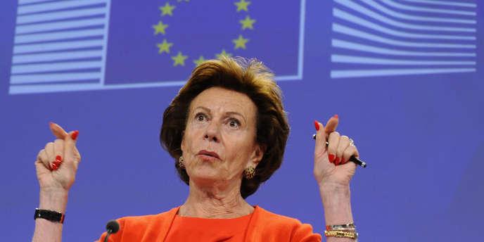 La commissaire européenne à l'économie numérique, Neelie Kroes, juge que le projet hongrois est « une honte ».