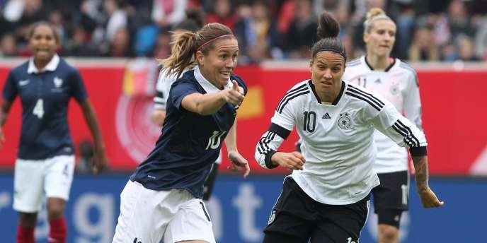 Camille Abily, ici face à l'Allemagne le 25 octobre, a renoncé aux poursuites judiciaires concernant la FIFA et l'utilisation d'une pelouse artificielle pour la Coupe du monde 2015 au Canada.