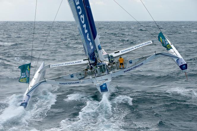 Loïck Peyron, à la barre de son trimaran de 100 pieds (31 mètres).