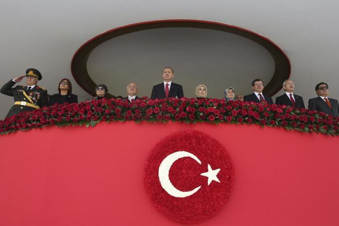 Le président Recep Tayyip Erdogan (au centre) lors de la Fête de la République turque, le 29 octobre 2014. à Ankara. A ses côtés, le premier ministre turque, Ahmet Davutoglu (3e à droite).