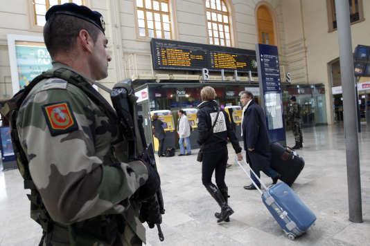 Un militaire en patrouille dans une gare, dans le cadre du plan Vigipirate.