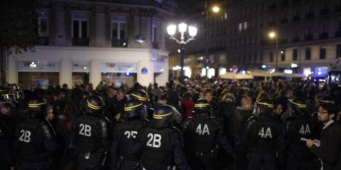Des policiers encadraient les manifestants, place de l'Hôtel de ville, mercredi soir.