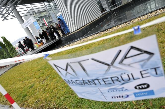 Devant le siège de la holding MTVA, qui englobe tous les médias gouvernementaux en Hongrie, en 2011.