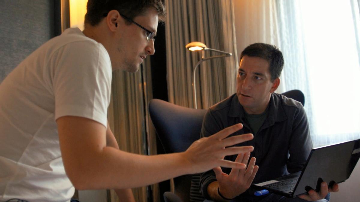 Edward Snowden et le journaliste Glenn Greenwald, à Hongkong en 2013. Tails est installé sur la clé USB bleue insérée dans l'ordinateur (en bas à droite).