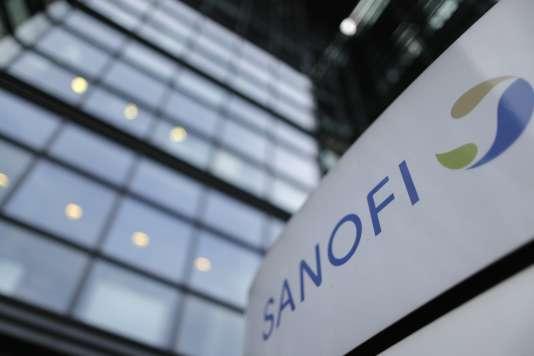 Logo de Sanofi devant le siège social du laboratoire, à Paris, le 30 octobre 2014.