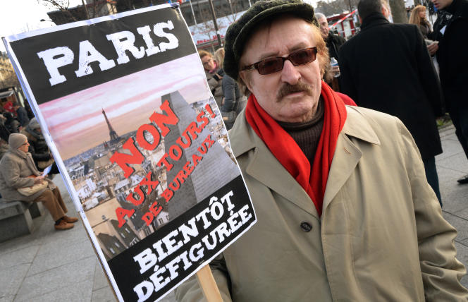 Un opposant au projet de la tour Triangle lors d'une manifestation à Paris, le 18 janvier 2014.