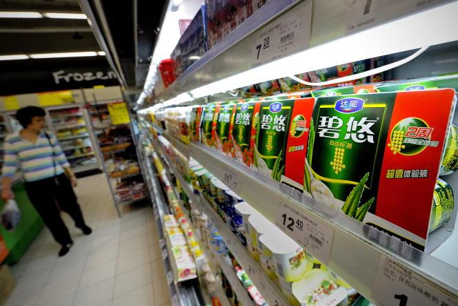 Des produits Danone dans un supermarché de Shanghaï.
