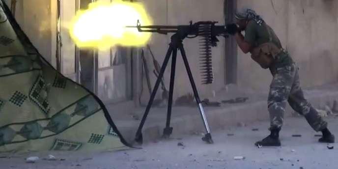 Capture d'écran d'une vidéo diffusée le 11 octobre 2014 montrant un djihadiste de l'EI dans Kobané.